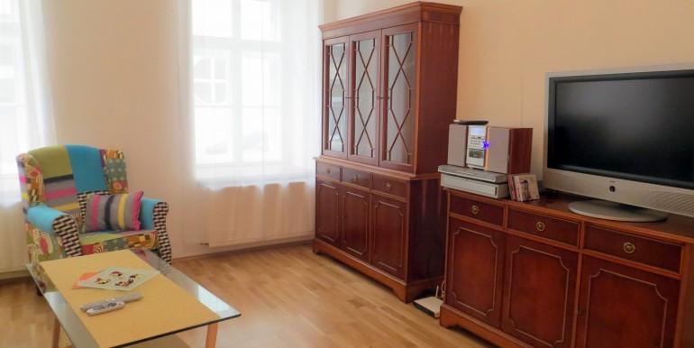 9_Wohnzimmer mit internat. TV
